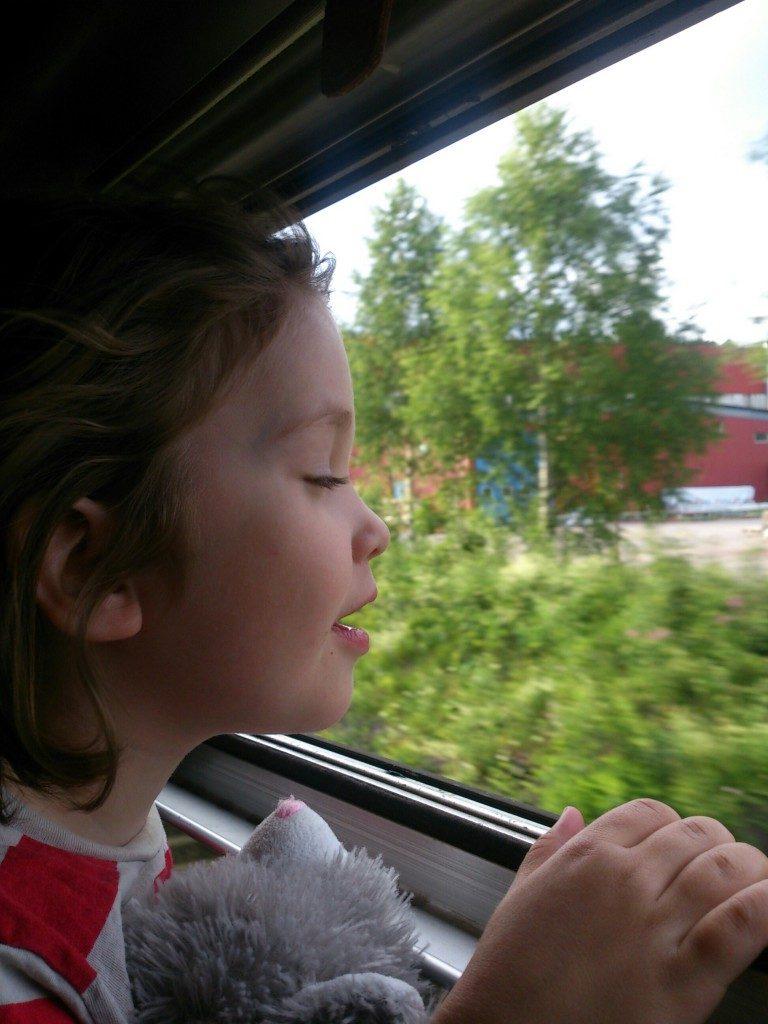 Interrail Kind am offenen Zugfenster, Fahrtwind geniessen