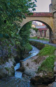 Brasov Weg an der alten Wehranlage der Stadt