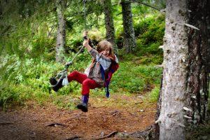 Kind beim spielen Trondheim mit Kindern