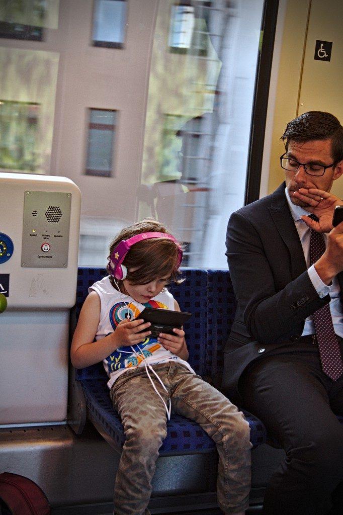 Bahnfarten, ICe, Kind , spielen im Zug