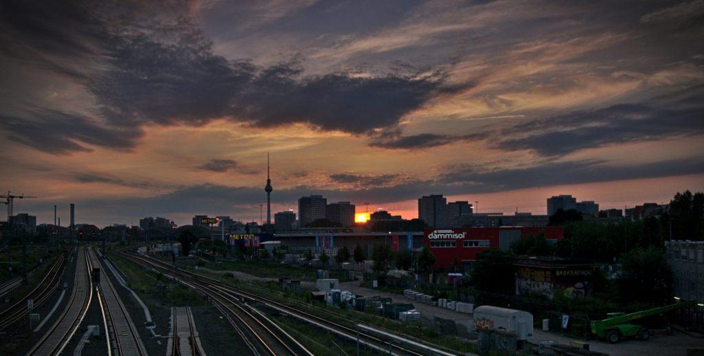 Sonnenuntergang in Berlin interrailtour Schweden Deutschland Fernsehturm im Sonnenuntergang warschauer brücke