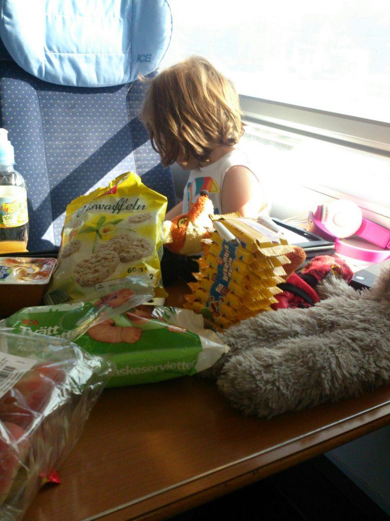 Städtereisen mit Kleinkind Kind im Zug mit essen