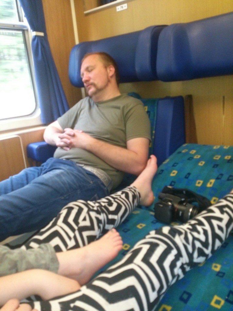 Kinder beim Bahnfahren schlafen im Zug