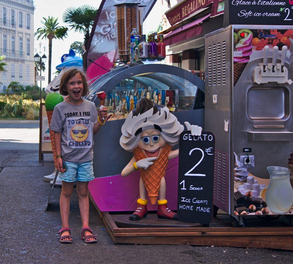Nizza Kind neben eisstand, Interrail von Italien nach Frankreich
