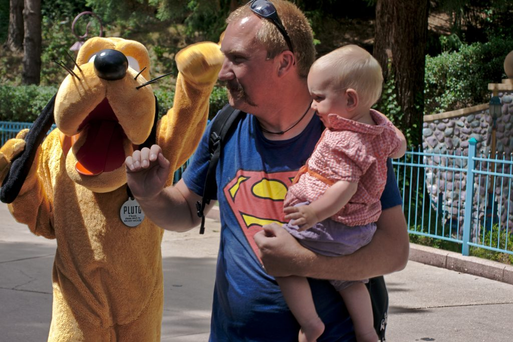 Pluto jagt Mann mit supermann shirt Disneyland Paris