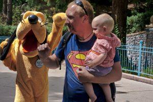 Pluto jagt Mann mit supermann shirt Disneyland Paris