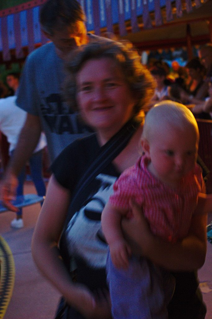 Frau mit Kind auf dem Arm Gruselkabinett der Bilder