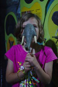 Kind mit elefanten rüssell vor dem gesicht Gruselkabinett der Bilder