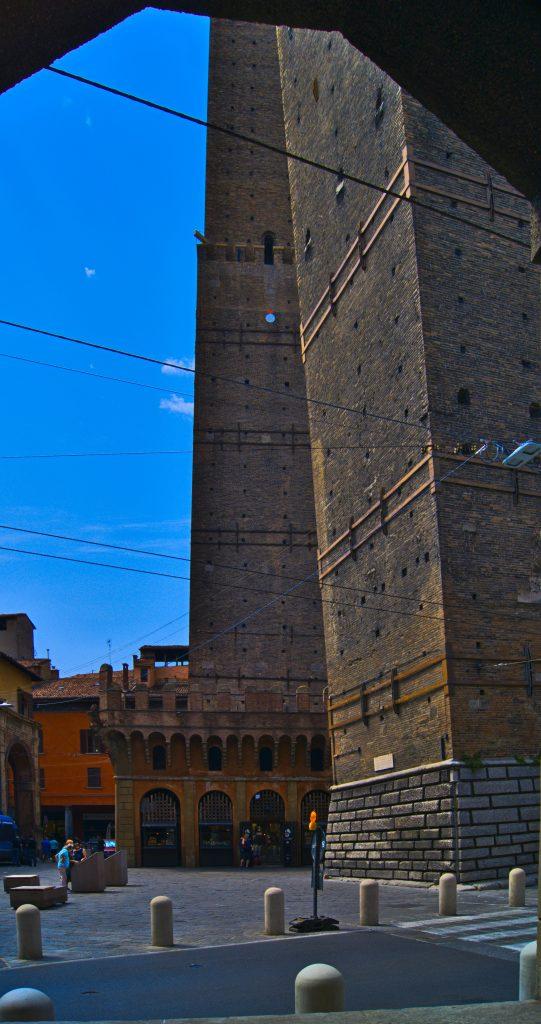 schiefer Turm in Bologna Interrail von Slowenien nach Italien
