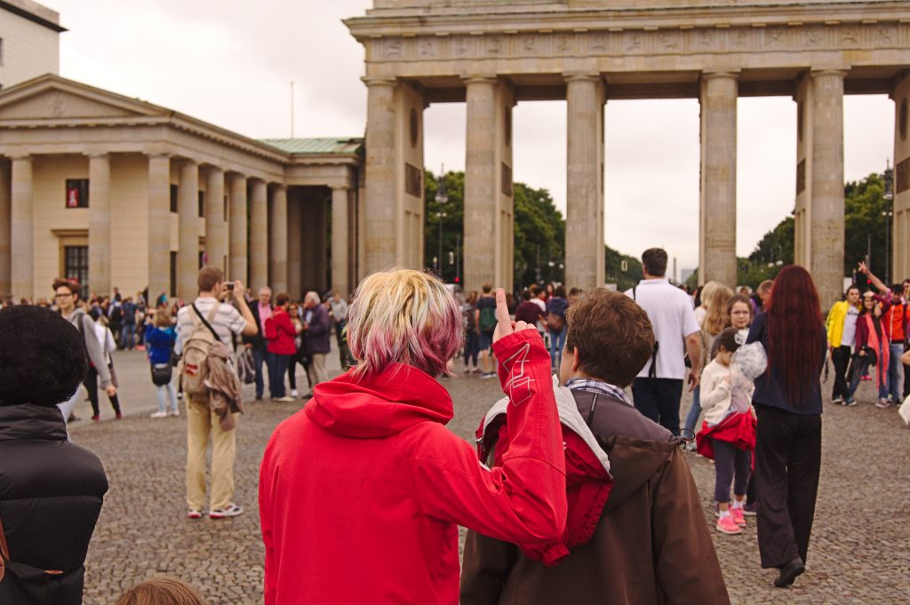 Stinkefinger vor dem Brandenburger Tor