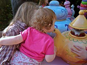 Kind riecht an Teekann Disneyland Paris