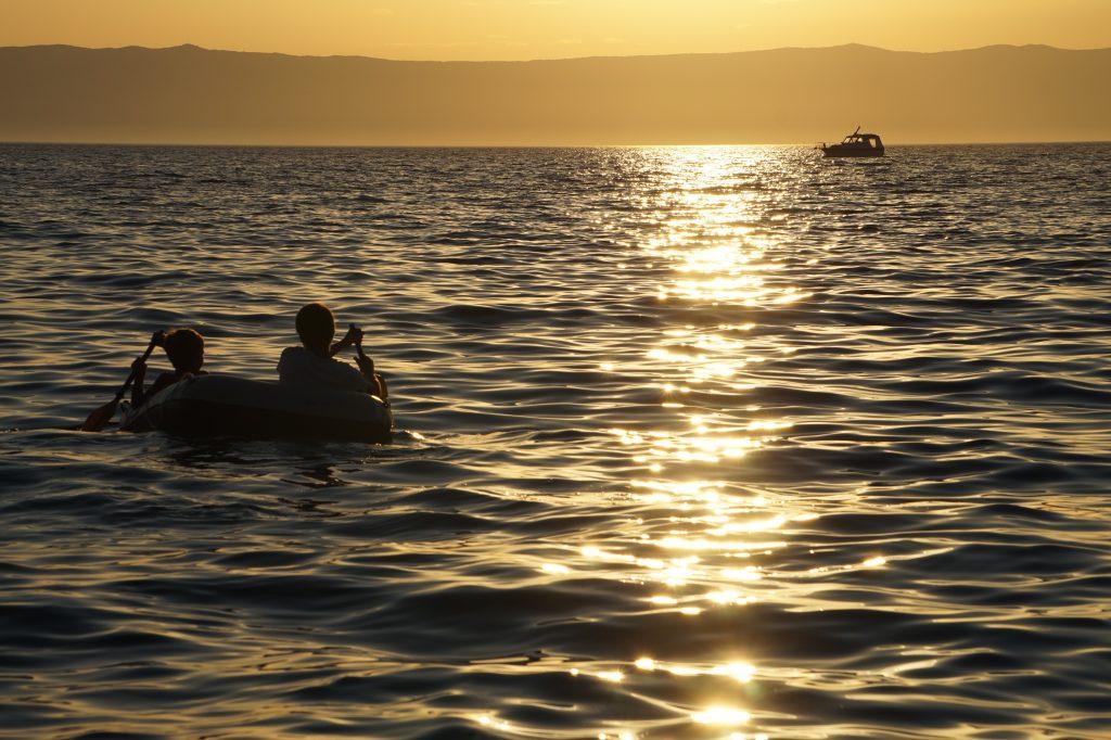 Kinder im Gummiboot Camping in Kroatien