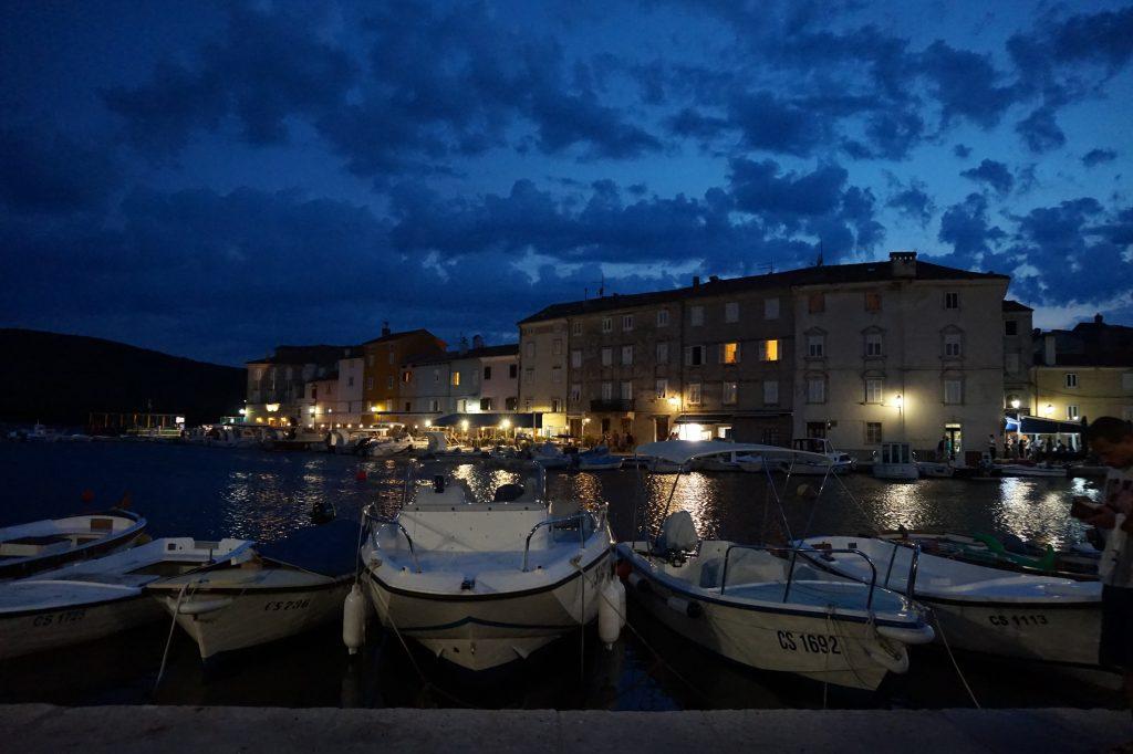 Abendliche Boote Camping in Kroatien