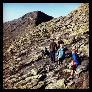 Kinder klettern am Felse Stugudalen