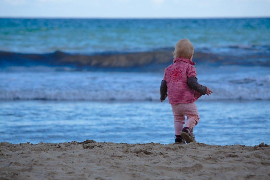 Kind am Strand Weihnachten in Aicante Winter in Alicante