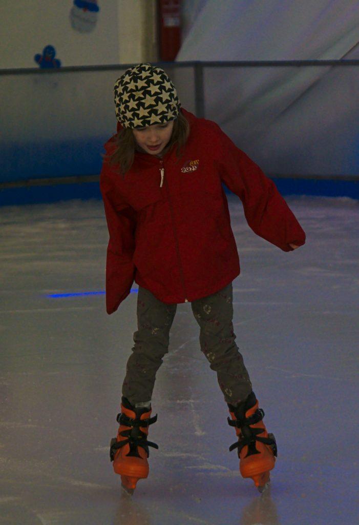 Kind auf Schlittschuhen im Winter in Alicante
