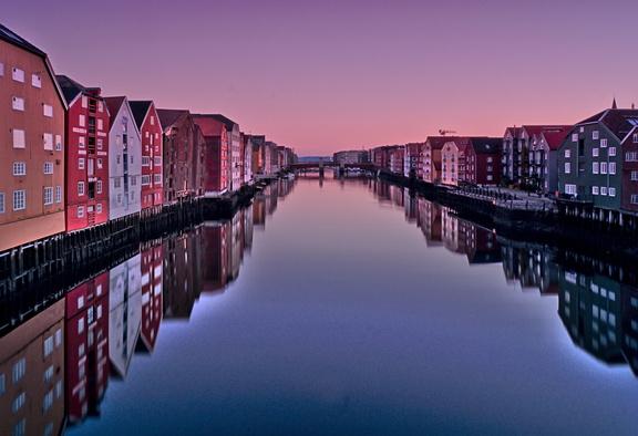 Speicherhäuser Blick vond er alten Stadtbrücke Spaziergang durch Trondheim