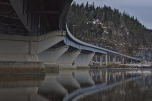 Hell in Norwegen unter der Brücke E6