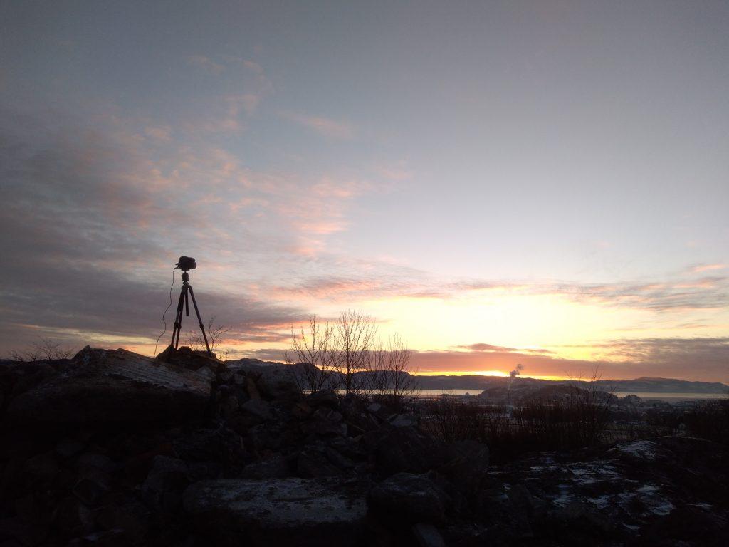 Kamera vor Sonnenuntergang.