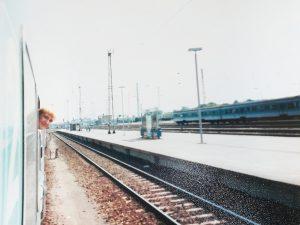 Nico schaut aus dem Zug Momente für die Ewigkeit