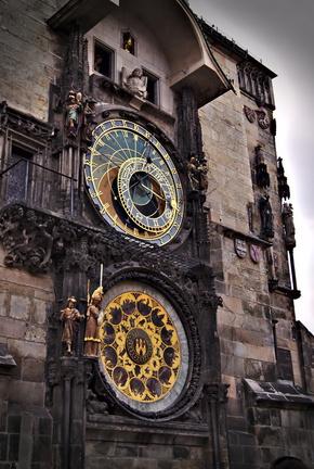 Prag mit Kidnern die astronomische Uhr am rathaus