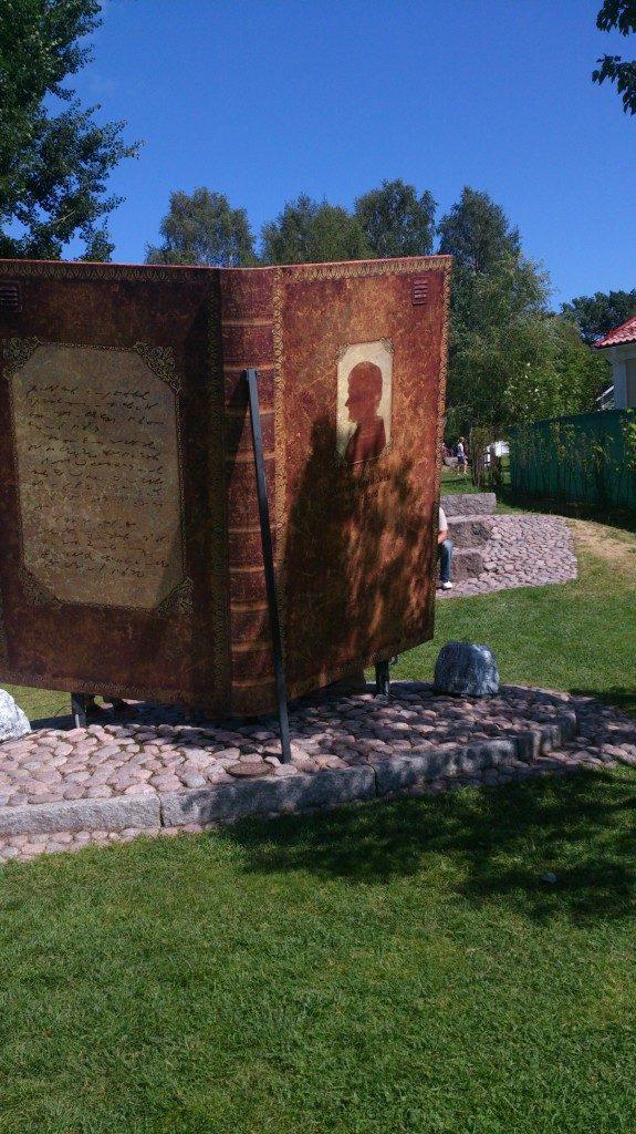 Buchstatue in der astrid Lindgren Welt
