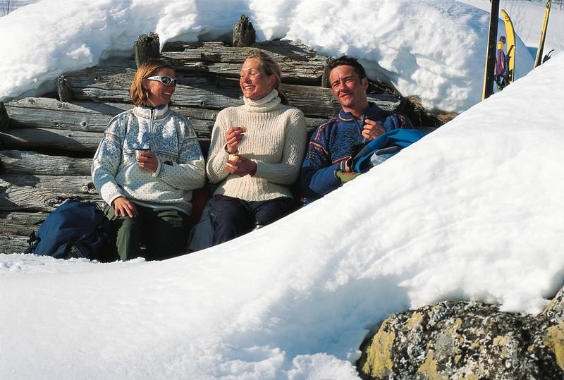 Ostern in NOrwegen Menschen vor Hütte im Schnee