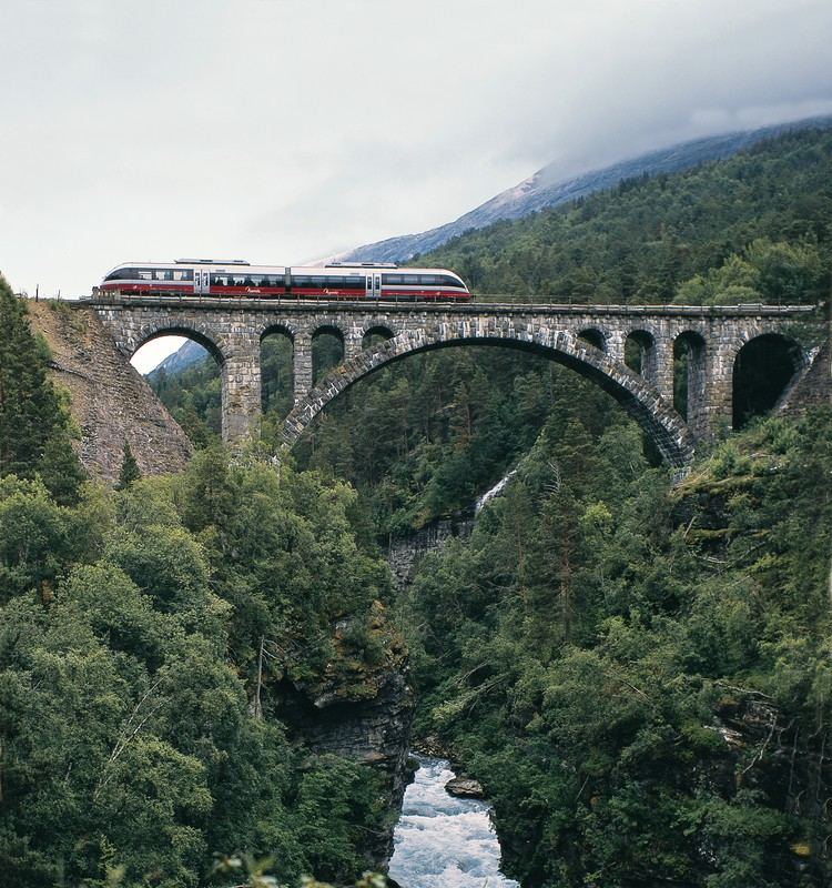 Bahnfahren in Norwegen Romsdalen Zug auf Brücke