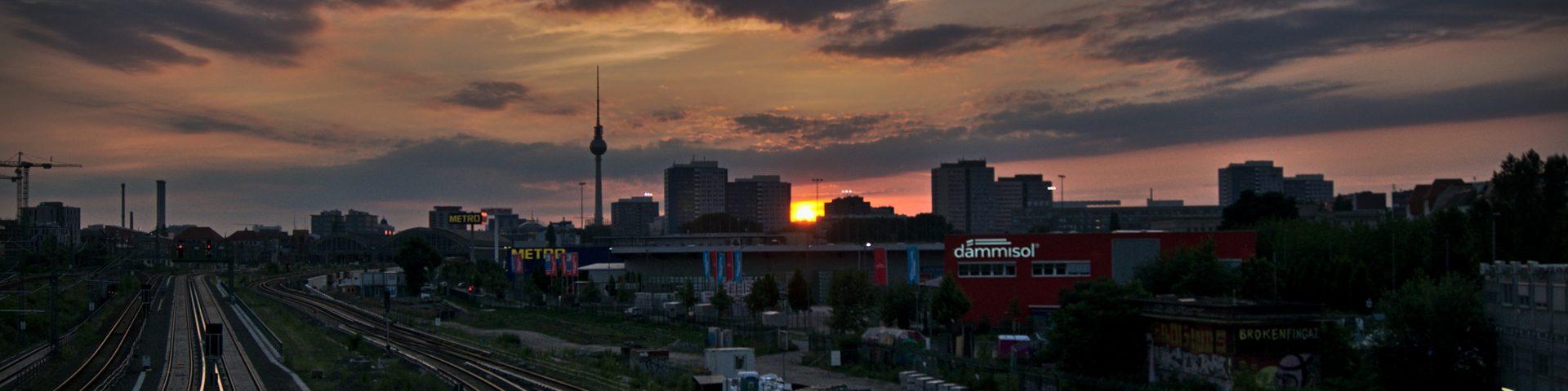 intrerail planen sonnenuntergang über berliner gleisen