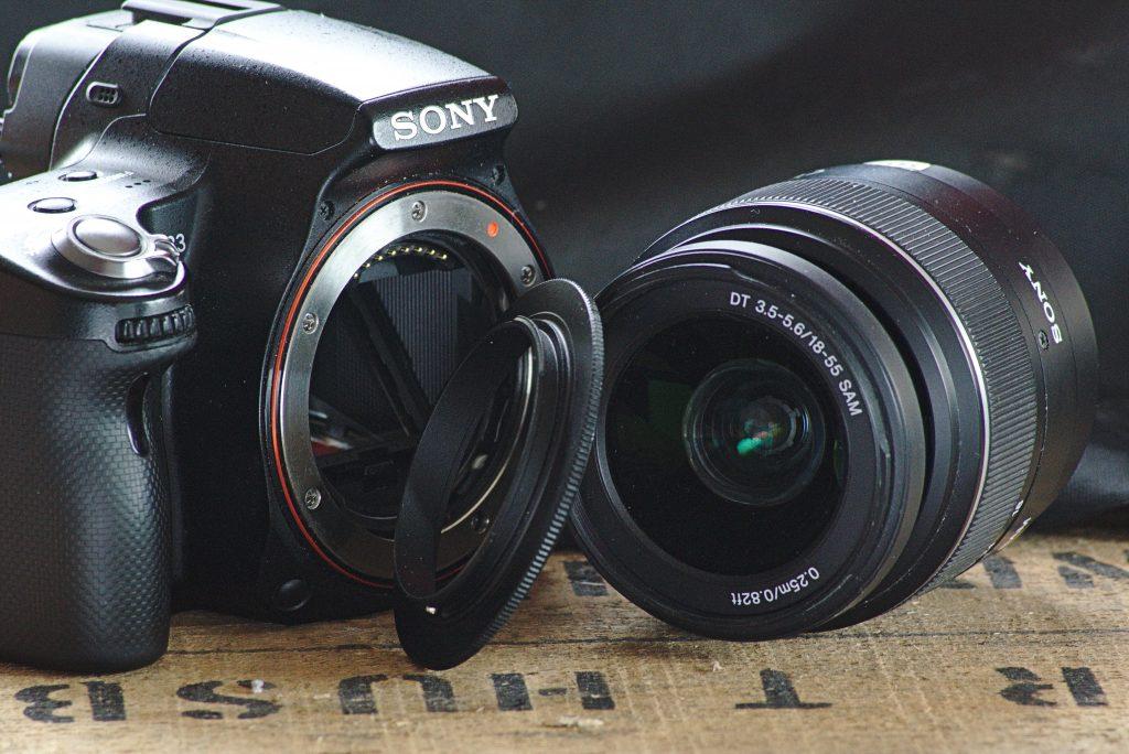 Der Retroadapter kommrt zwischen Kamera und Objektiv