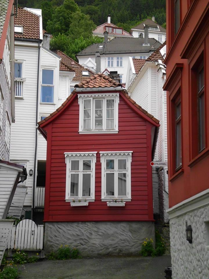 Lieblingsstadt im norden Bergen rotes Holzhaus