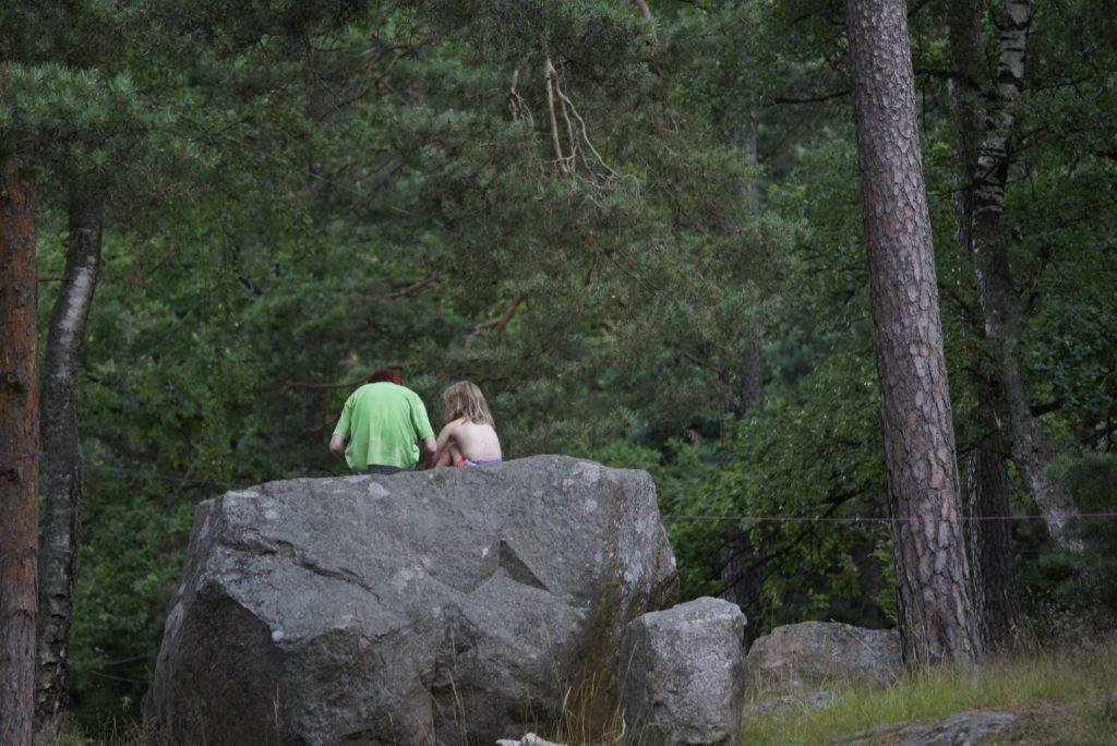 Kinder auf felsen in schweden Skandinavien Familienurlaub