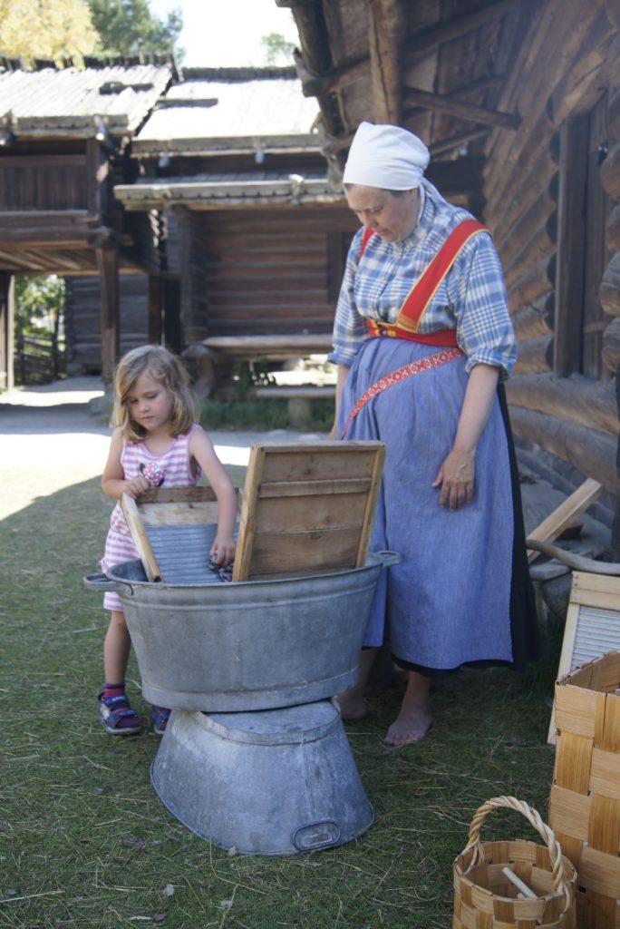 skansen stockholm kinder hilft beim waschbrett