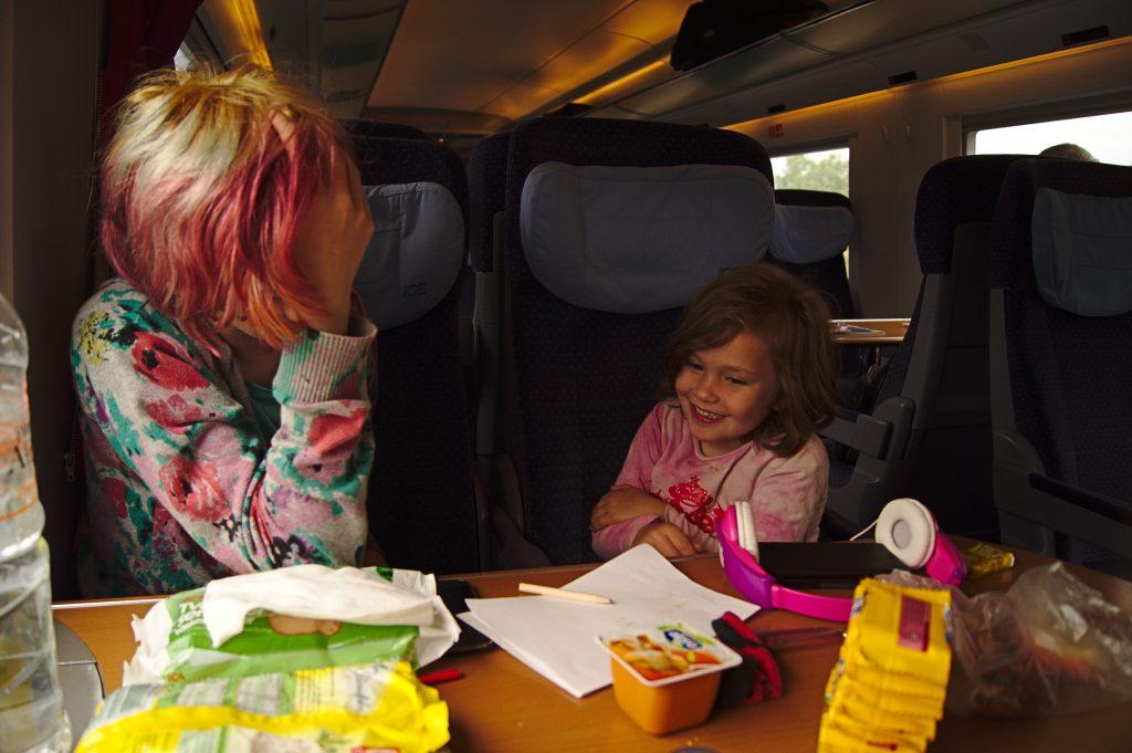Interrail planen Spass im Zug Kindern beim spielen im Zug