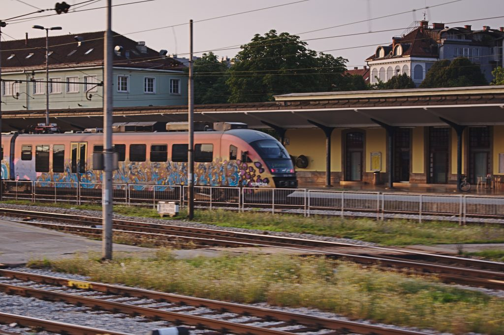 Zug in slowenien interrail planen alter zug mit grafitti