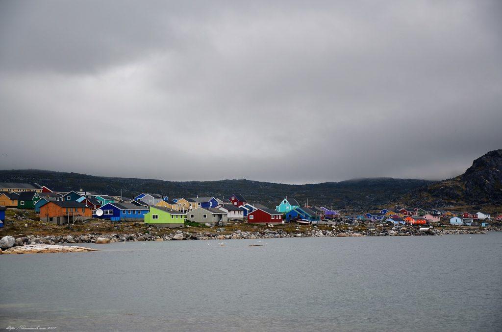 Nanortalik meine lieblingstadt im Norden Häuser der Stadt vom Meere gesehen