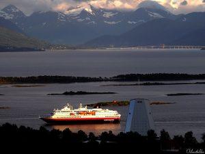Hurtigruten schiff Molde im Sonnenuntergang
