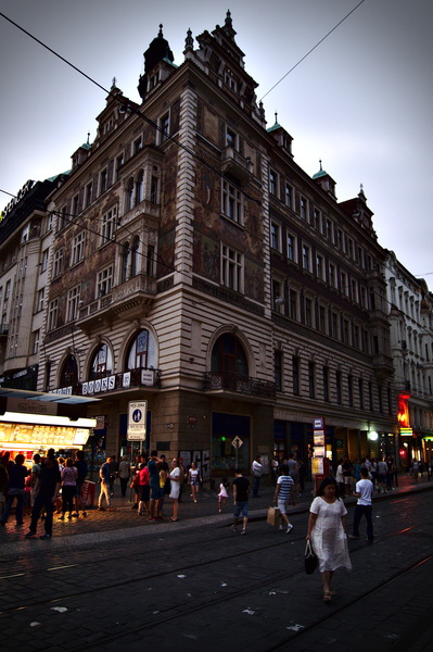Belebte Strasse abends in Prag