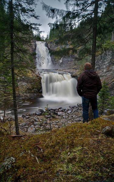 Ich vor einem Wasserfall