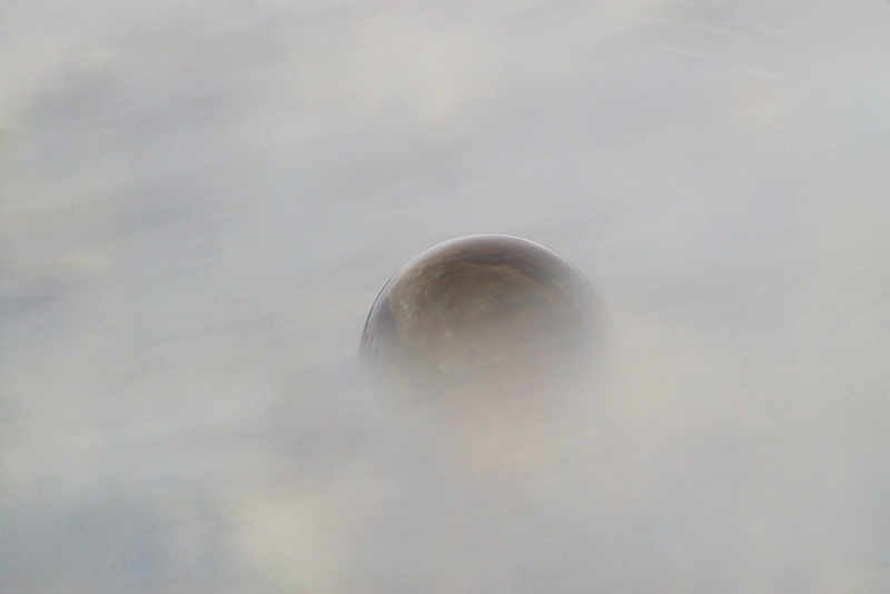 Glaskugelfotografie im Wasser, bei langer Belichtungszeit