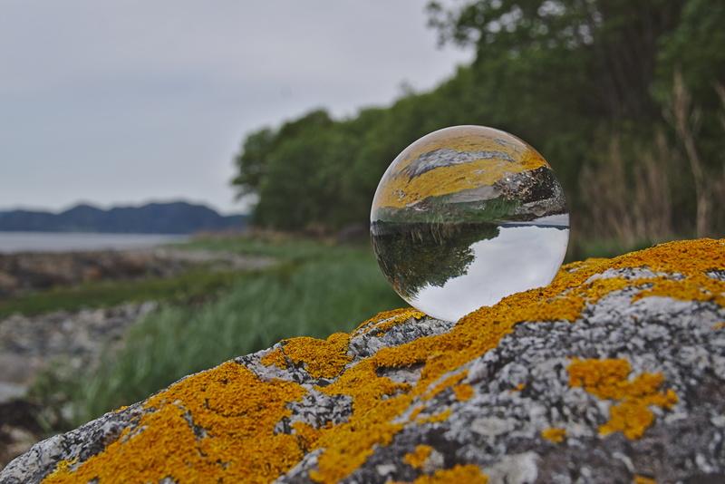Glaskugel auf gelben Stein