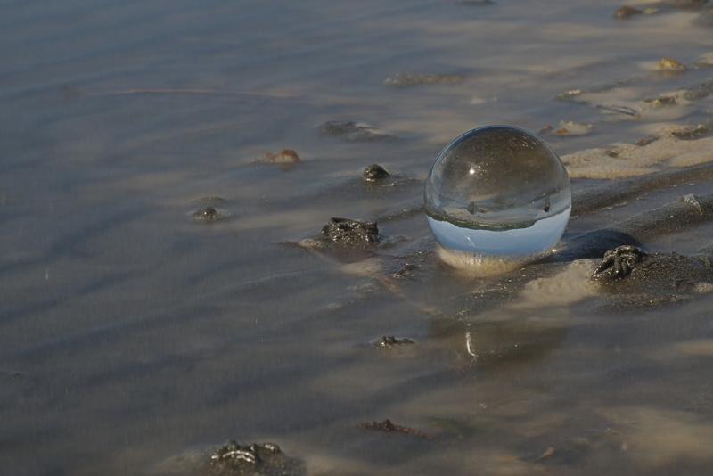 Kugel am Sandstrand