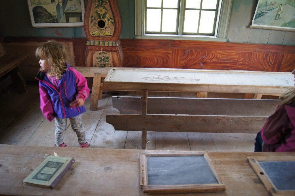Kind im alten Klassenzimmer, Freilichtmuseum norwegisches Schulsystem