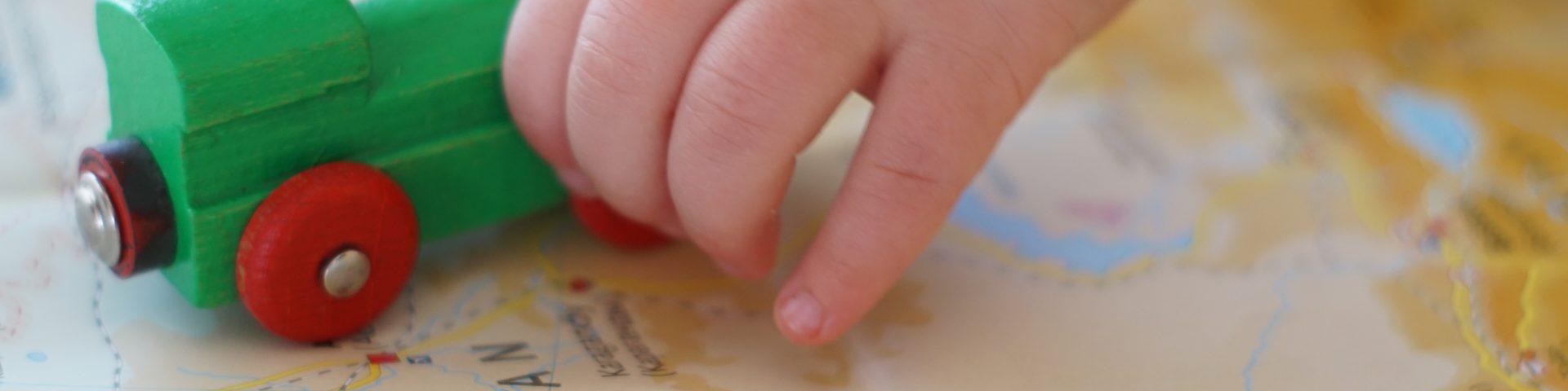 Kind spielt mit eisenbahn auf landkarte transsibirische eisenbahn