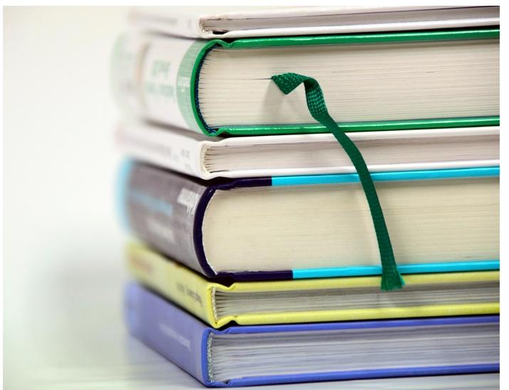 Stapel Schulbücher norwegische Schulsystem
