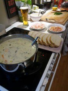 Fischsuppe mit zubehör essen in norwegen