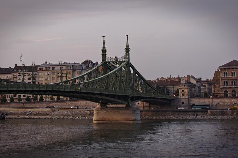 Die Freiheitsbrücke in Budapest. Aufgenommen in der goldenen Stunde