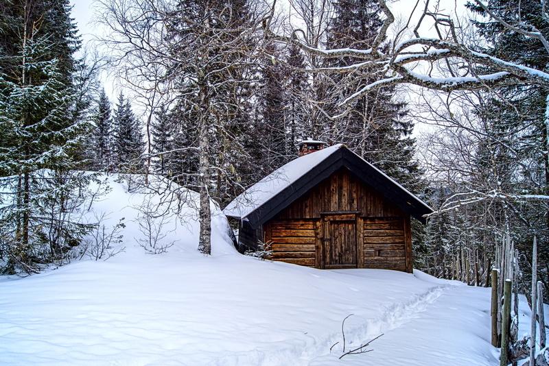 Kleine Hütte im verschneiten Norwegen