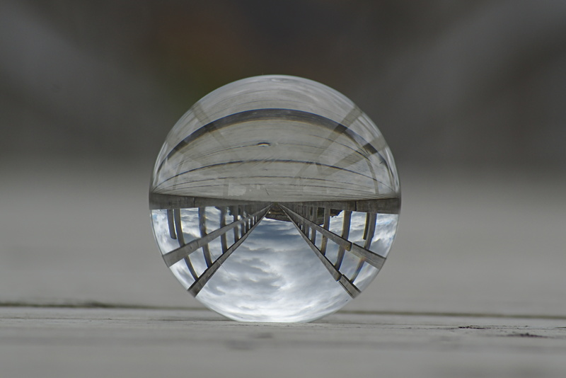 Glaskugel auf einer Brücke