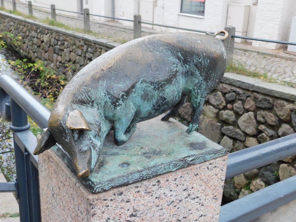 Schweinsbrücke Wismar, schweinestatur